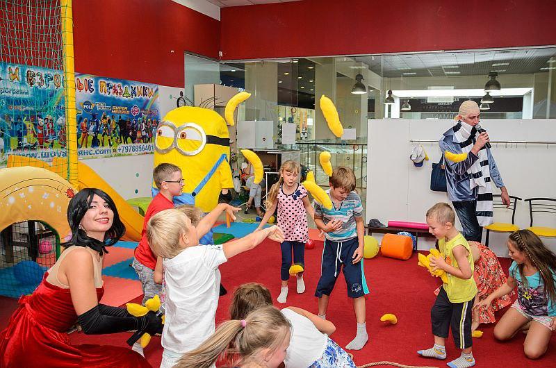 Банановый бой на празднике с миньонами...