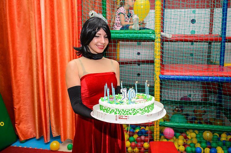 Скарлет овер килл выносит праздничный торт.