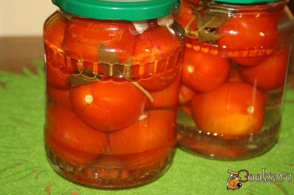 """""""Медовые"""" маринованные помидоры с базиликом на зиму """"Медовые"""" маринованные помидоры с базиликом на зиму - несложная в приготовлении и очень вкусная заготовочка. Результат я сама пробовала, очень понравилось, помидоры душистые, ароматные! Если не хотите, чтобы шкурка на помидорах лопалась, наколите их ножом или вилкой, мне же, наоборот, нравится, когда шкурка лопается и скатывается, так помидоры легче отчистить ;) Если не признаете заготовок с мёдом, замените его 2 ложками…"""
