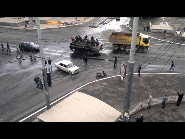 9 мая 2014. Мариуполь. Жители на захваченном у фашистов БМПUkraine, Mariupol
