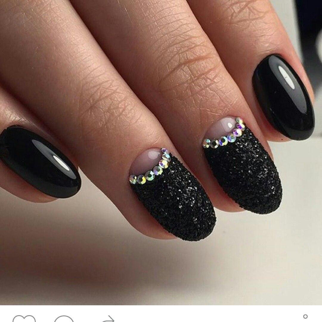 Черный матовый маникюр с песком
