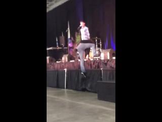 Джаред с трудом залезает на сцену, а потом врезается в Дженсена   NJCon 2015