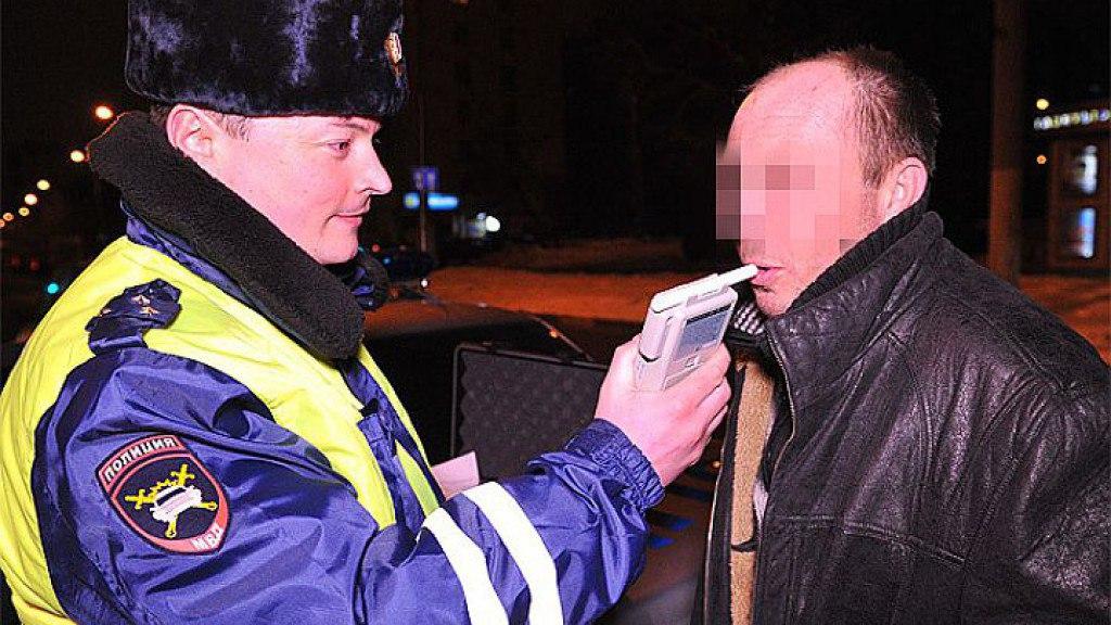 Пьяный и лишенный прав водитель катался  на автомобиле по станице Кардоникской