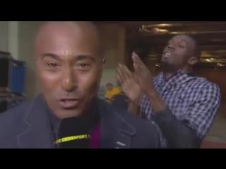 Usain Bolt se divierte a costa de un reportero de la BBC