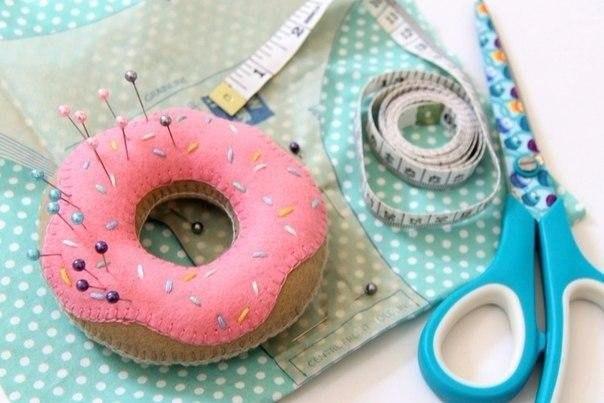 Простая игольница в виде пончика