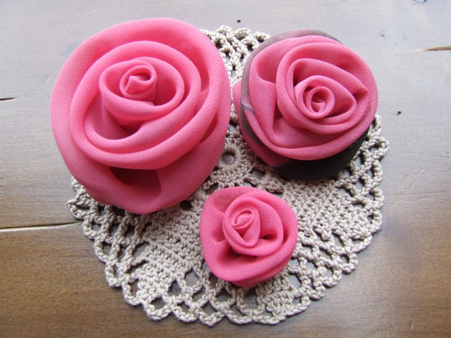 Цветы роз из ткани своими руками -модное украшение.
