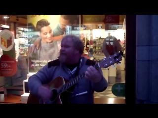 Уличный певец исполняет -  Scorpions - Wind Of Change