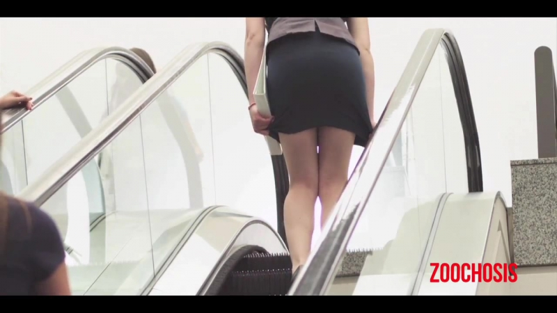 юбкой на эскалаторе
