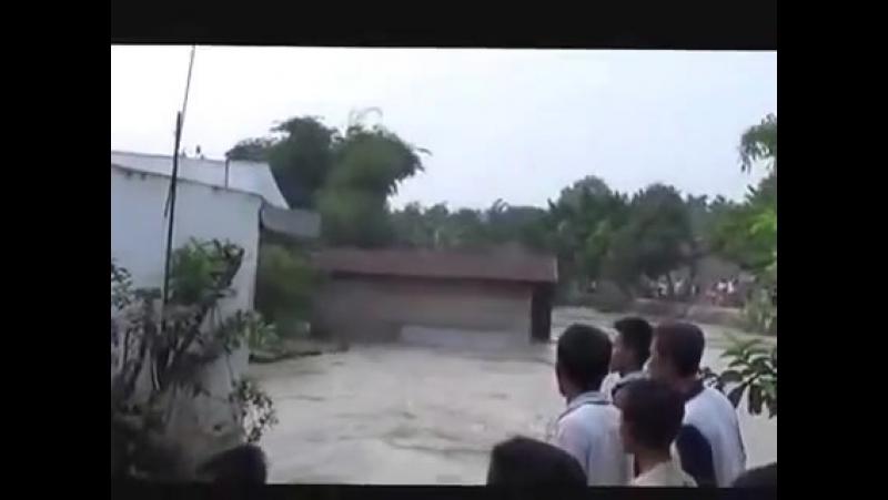 (VIDEO Amatir) Detik - Detik Rumah Warga Hanyut Dibawa Derasnya Arus Sungai Mencirim di Kota Binjai