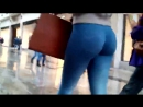 Парень незаметно снимает попку в обтягивающих джинсах / Candid voyeur spy ass in tight jeans