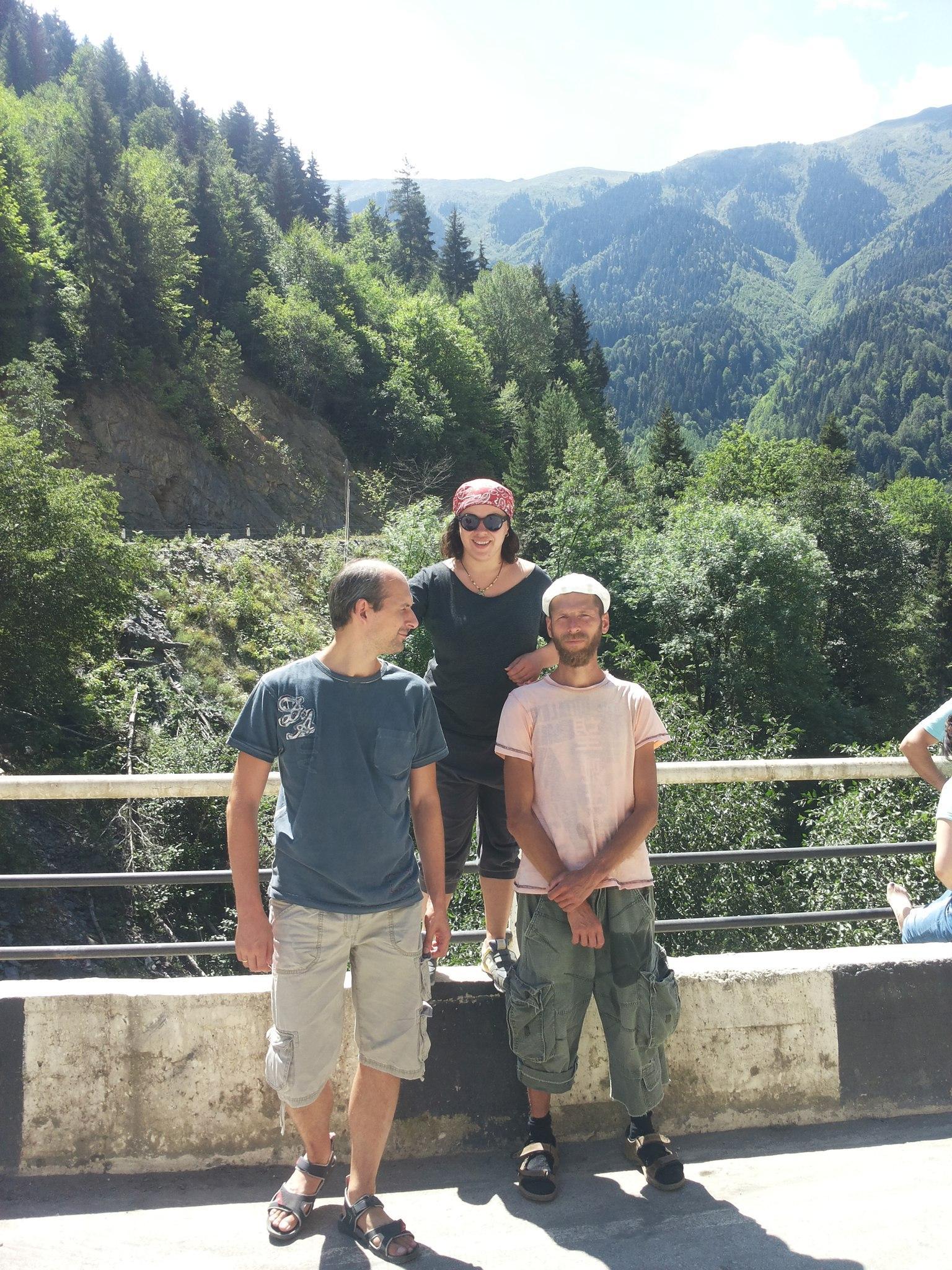 На фотографии, сделанной в начале августа 2015 года во время случайной встречи со своими друзьями на высоте 1000 метров в нижней части Сванетии (Грузия), виден карман штанов, который увлажнился от той самой тряпки в нём... Время было примерно час дня (то есть, как раз начало самого тёплого времени дня). Температура в тени - около 25-30 градусов. И я с утра уже прошёл по той главной дороге км 10-15 (ну симпатичные там места, что и идти приятно).