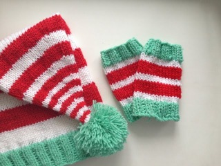 Вязание спицами для начинающих. Гетры новогодние. (Knitting Christmas socks)