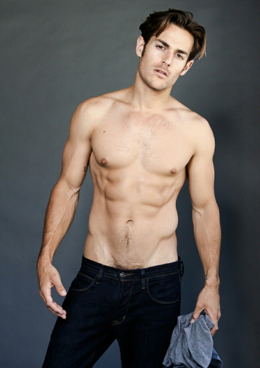 Молодой красавчик гей в джинсах дрочит