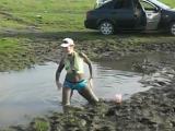 Девушка танцует в грязи-[save4.net]