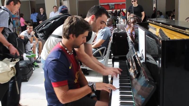 Пианист-любитель и Пианист-профи импровизация, аж дух захватывает! Париж, фойе вокзала.