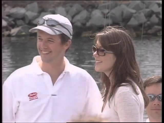 Kronprins Frederik kysser Mary Donaldson offentligt for første gang 19 januar 2003