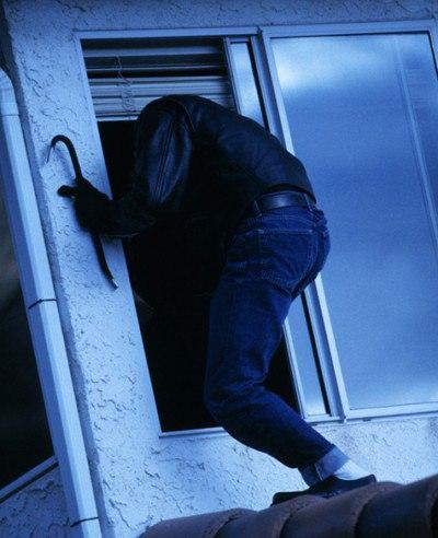 Проникая в квартиры через балкон, злоумышленник искал ювелирные изделия