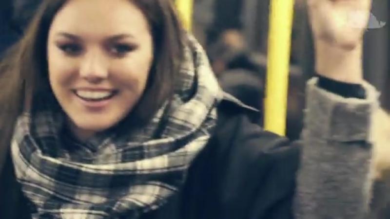 Farna zpívá v tramvaji, takhle reagovali cestující