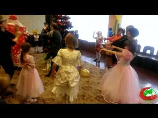 Дедушка Мороз играет с детьми. Фрагмент утренника в социальном приюте (Пинск) 27.12.2015