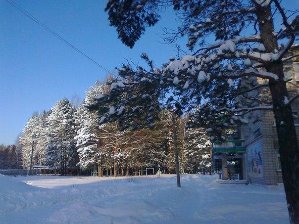 На территории лагеря зимой
