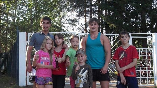 Вожатые с детьми у ворот лагеря