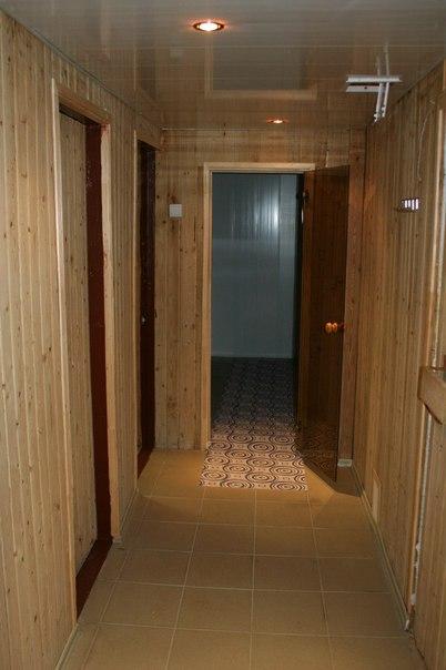 Сауна, слева - вход в парилку, прямо - душевые, справа - вход в комнату отдыха
