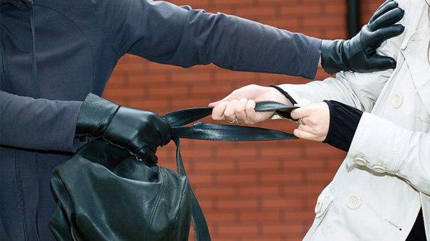 В Якутске грабитель выхватил у женщины сумку, сбегая вниз по лестнице