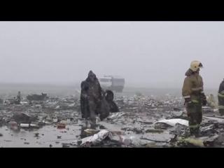 Сотрудники МЧС разбирают  останки разбившегося самолета в Ростове-на-Дону (19.03.2016)