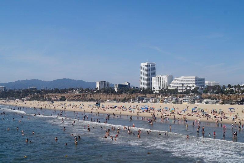 Пляж с людьми