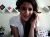 Красивая девушка классно поет песню о любви под гитару