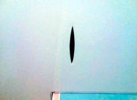 фото дырка в натяжном потолке