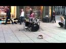 Виртуоз-барабанщик на улице Осло