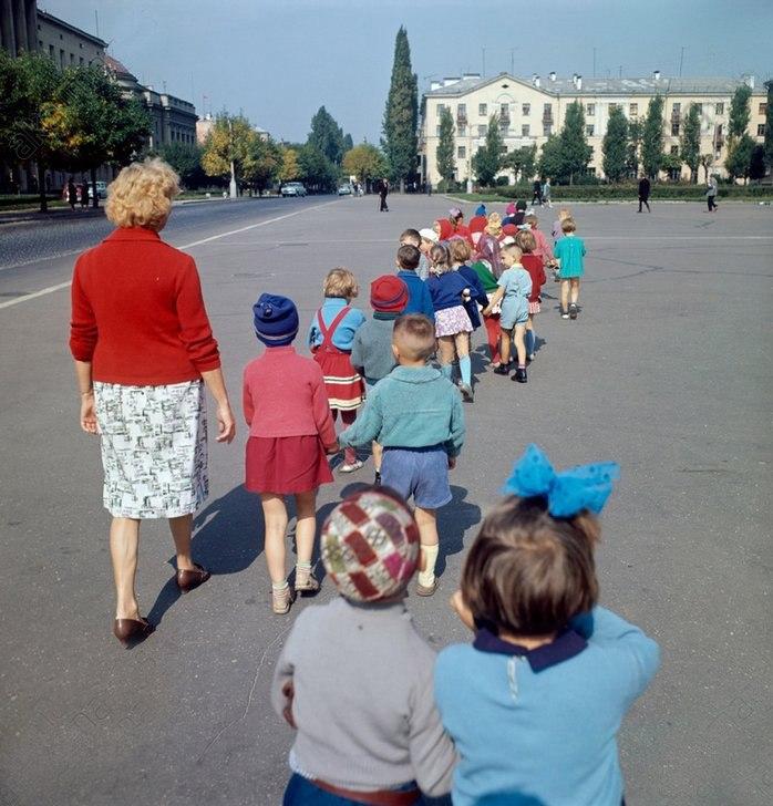 f1cBamf22ZE - 19 фото о счастливой жизни в СССР