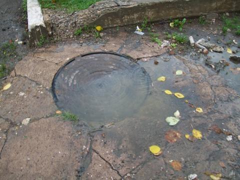 Жительница Бавлов пожаловалась на канализационные стоки во дворе дома — «Народный контроль»