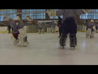 """Школа вратарей """"Реванш"""". Вратарские упражнения на льду с клюшкой за головой."""
