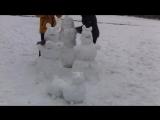 Гуляли около школы лепили снеговиков