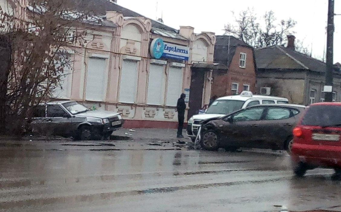 В центре Таганрога произошло тройное ДТП