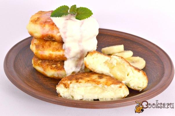 Кокосовые сырники с бананом #сырники #кулинария #завтрак #банан #вкусно #рецепты Сырники - это всегда вкусно! Я предлагаю вам попробовать необычные кокосовые сырники с бананом, которые получаются нежными и безумно вкусными и ароматными. Такие сырники отлично подать к завтраку со сметаной, вареньем или джемом и они обязательно понравятся и вам, и вашим деткам.