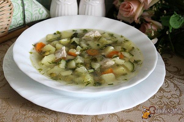Куриный суп с цукини и зеленым горошком Куриный суп с цукини и зеленым горошком- простое в приготовлении, вкусное, ароматное и по - домашнему уютное первое блюдо, которое можно приготовить для семейного обеда в выходной день.Суп получился довольно легким, понравился и взрослым, и детям. Попробуйте, возможно и вам он понравится.