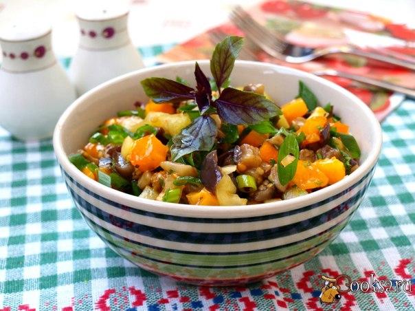 Салат с обжаренными баклажанами, перцем и помидорами Предлагаю вам вкусный овощной салат с обжаренными баклажанами, перцем и помидорами. Салат отлично подойдёт к любому гарниру и мясным блюдам. Также его можно приготовить на пикник к шашлыкам.