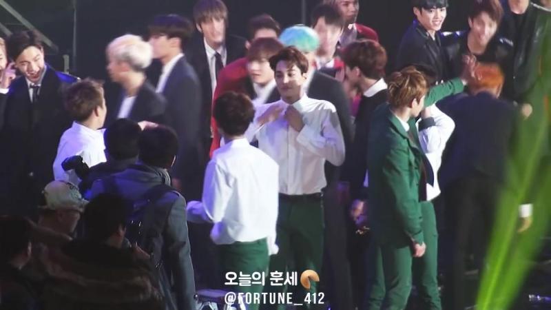 160114 서울가요대상 EXO, 세븐틴 아낀다 춤추면서 후배들 인사해주는 엑소♡