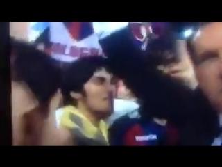 I calciatori del Bologna che festeggiano e cantano