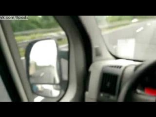 Трактор с прицепом-фургоном на автобане обгоняет машину на скорости 100 км/ч / Überholen auf der Autobahn