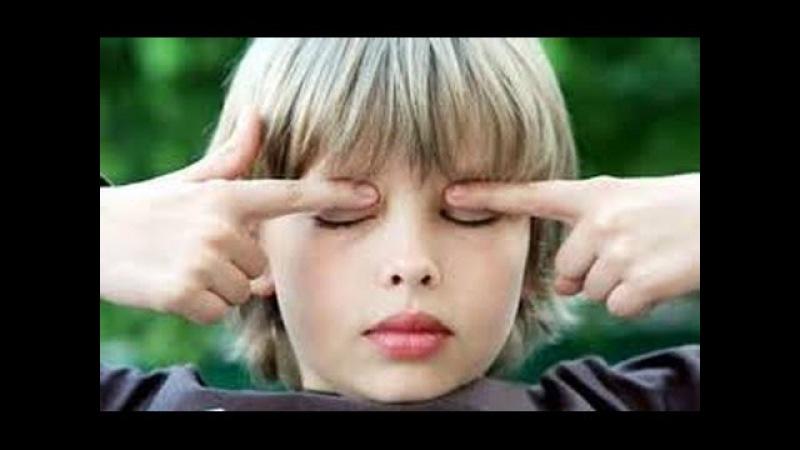 Знахарь лечит близорукость у ребенка прямо у всех на глазах