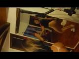 Девочка вертит попкой перед зеркалом