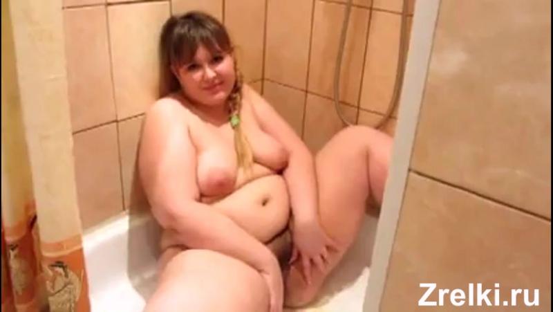 Жирная сисястая мамаша радевается в ванной раздвигая попу