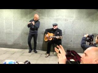 Борис Гребенщиков играет в переходе метро Тургеневская, 12.12.15 (
