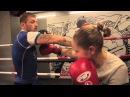 Боковые удары в боксе Урок 2 техника бокса работа на лапах с Андреем Басыниным