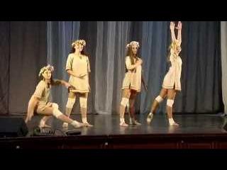 Девочки из шоу балета танцуют эротический танец.