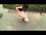 Ветер сдул девушке юбку